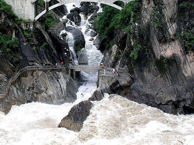 [Image: Lijiang_Tiger_Leaping_Gorge1.jpg]